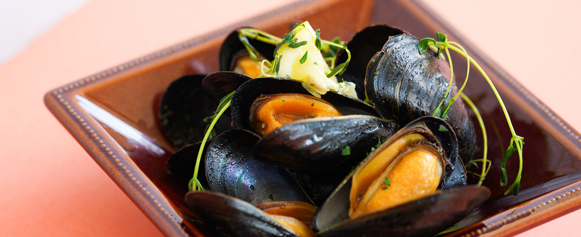 D.EのMENU : ムール貝の白ワイン蒸しの画像です。