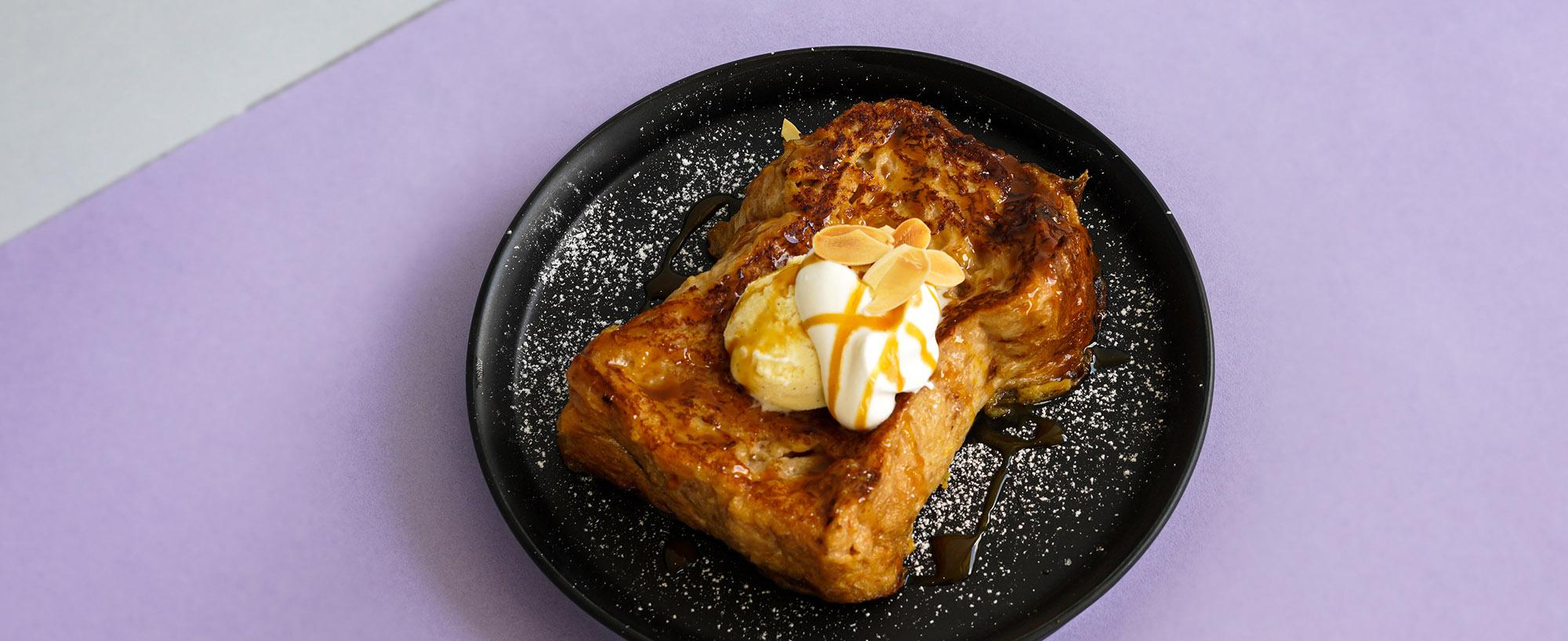 D.EのMENU : 自家製ブレッドのフレンチトースト バニラアイスとキャラメルソースとホイップの画像です。