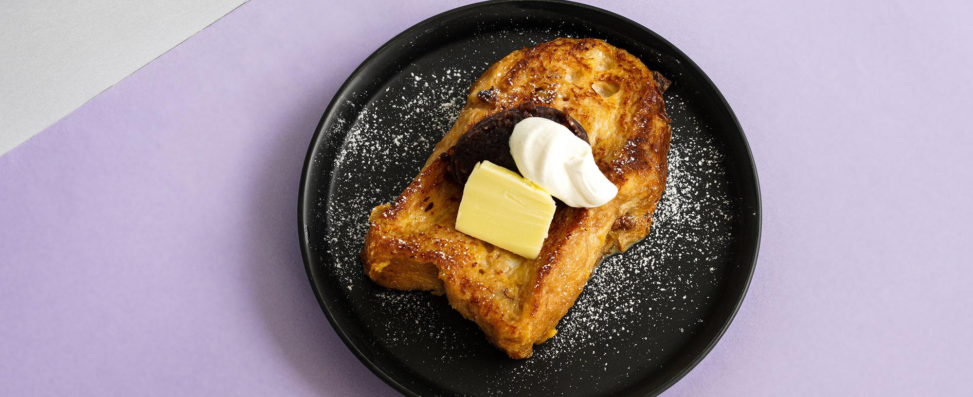 D.EのMENU : 自家製ブレッドのフレンチトースト あんことバターとホイップの画像です。